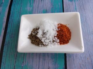 孜然韭菜炒鱿鱼,加一勺盐。