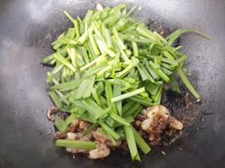 孜然韭菜炒鱿鱼,加入韭菜。