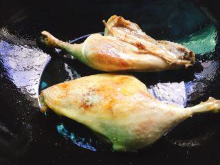 下酒菜+红烧鸭腿,煎时可以时不时晃动锅,将油均匀的过鸭腿上