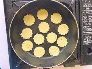 葱花芝麻小饼,煎至两面金黄即可