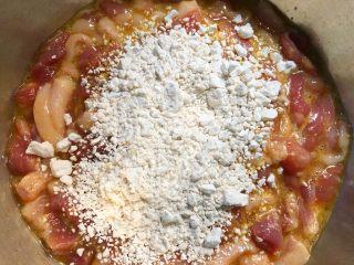 小酥肉,倒入50g地瓜粉