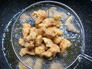 小酥肉,五花肉炸制金黄捞起来沥油