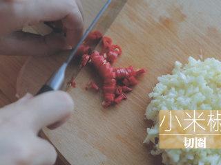锡纸烧烤的3+3种有爱做法「厨娘物语」,均匀切末,取2个小米椒切圈。