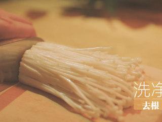 锡纸烧烤的3+3种有爱做法「厨娘物语」,[锡纸烧烤] 做好蒜蓉酱后,我们开始准备一些自己喜欢吃的锡纸食材。首先,先把150g金针菇洗净去根。