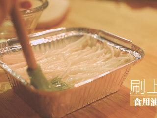 锡纸烧烤的3+3种有爱做法「厨娘物语」,均匀分开后放入锡纸盒,刷上食用油。