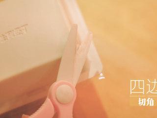 锡纸烧烤的3+3种有爱做法「厨娘物语」,绢豆腐四边剪角,倒扣取出,均匀切小块。