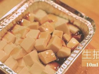 锡纸烧烤的3+3种有爱做法「厨娘物语」,放入锡纸碗中,倒入10ml生抽。