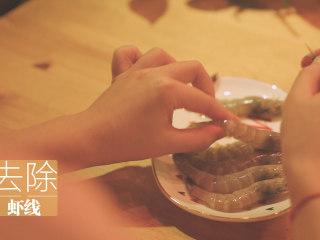 锡纸烧烤的3+3种有爱做法「厨娘物语」,6只虾取出虾线,倒入20ml料酒腌制15分钟。