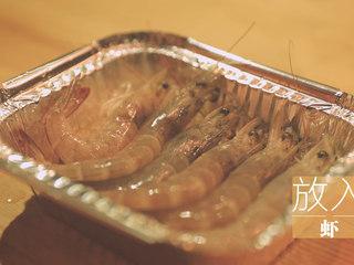 锡纸烧烤的3+3种有爱做法「厨娘物语」,刷上食用油,倒入20ml生抽搅拌均匀,放入虾。
