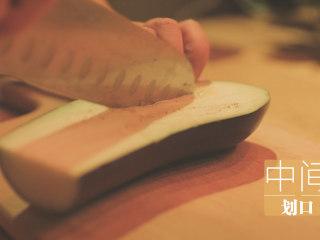 锡纸烧烤的3+3种有爱做法「厨娘物语」,茄子对半切开,中间划口。