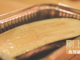 锡纸烧烤的3+3种有爱做法「厨娘物语」,放入锡纸碗中,刷上食用油。