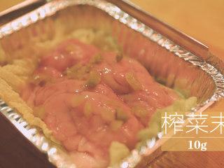 锡纸烧烤的3+3种有爱做法「厨娘物语」,锡纸碗中垫入三片娃娃菜,放入1个猪脑倒入20ml料酒,10g榨菜末。