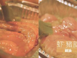 锡纸烧烤的3+3种有爱做法「厨娘物语」,烤至半熟的时候,虾和猪脑刷上一些食用油~