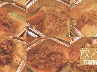 锡纸烧烤的3+3种有爱做法「厨娘物语」,然后把我们做好的蒜蓉酱放入所有锡纸碗中。