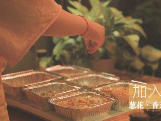 锡纸烧烤的3+3种有爱做法「厨娘物语」,按照自己的喜好撒上一些孜然粉、辣椒粉和葱花、香菜。