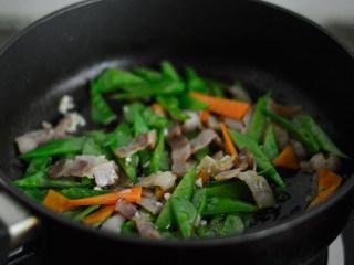 培根炒荷兰豆,翻炒均匀即可出锅
