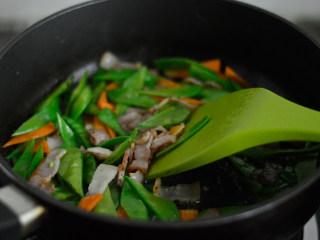 培根炒荷兰豆,炒至荷兰豆和胡萝卜断生