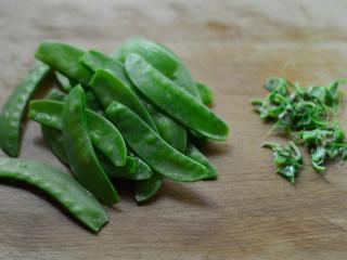 培根炒荷兰豆,荷兰豆洗净,撕去老筋