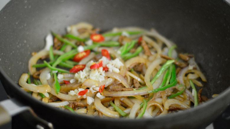 青椒洋葱肉丝,放入蒜沫和小米辣,翻炒均匀