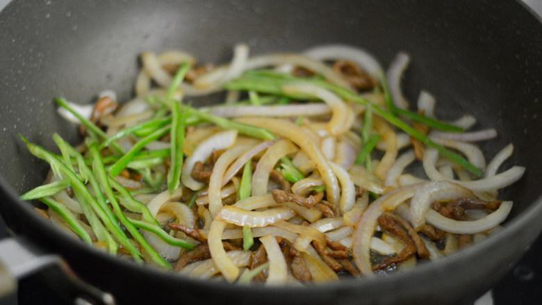 青椒洋葱肉丝,加入青椒丝,翻炒至断生