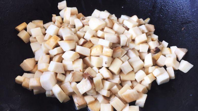 鸡丁炒杏鲍菇,热锅凉油,放入杏鲍菇丁煸炒,煸炒约1~2分钟,至杏鲍菇水分析出即可。 杏鲍菇提前煸炒一下析出水分是为了更好的入味。