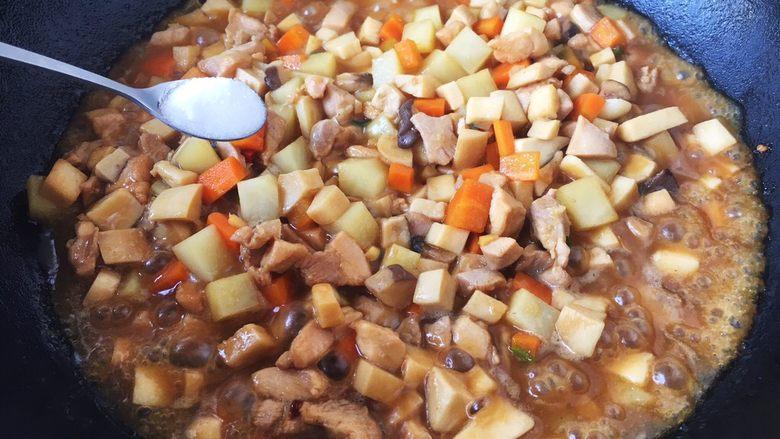 鸡丁炒杏鲍菇,放入少许的盐调味。