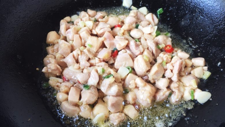鸡丁炒杏鲍菇,放入鸡丁,翻炒至颜色发白。