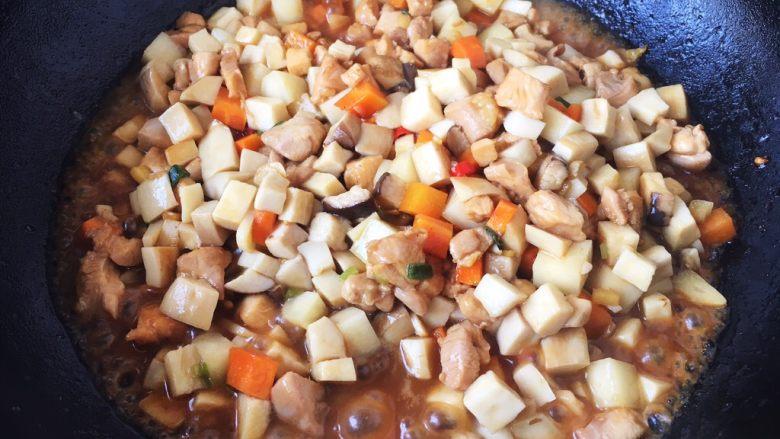 鸡丁炒杏鲍菇,放入杏鲍菇,翻炒均匀至所有食材8成熟。