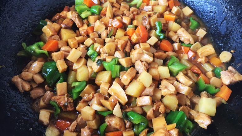 鸡丁炒杏鲍菇,放入青椒丁,翻炒均匀即可。