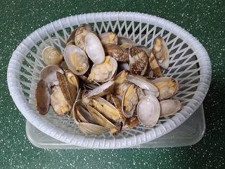 辣炒花蛤,倒入菜篮中沥去水分