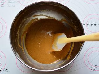 红糖桂圆戚风,用手动打蛋器搅拌至面粉无颗粒状