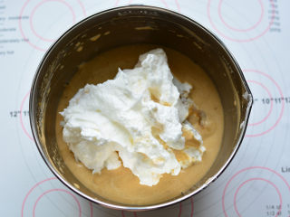 红糖桂圆戚风,然后将混合好的面糊全部倒入剩余的蛋白霜里,刮刀画Z字形快速翻拌均匀。