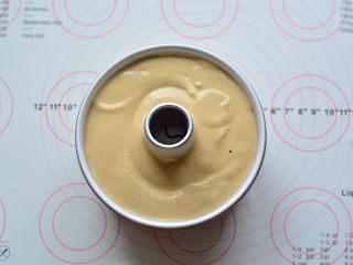 红糖桂圆戚风,把一半的蛋糕糊从30CM处缓缓倒入到戚风模具中,放入一半的桂圆干,