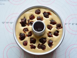 红糖桂圆戚风,把剩下的蛋糕糊倒入,最后把桂圆干均匀放在蛋糕糊上面。