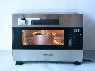 红糖桂圆戚风,预热好的烤箱中层160度烤50分钟。