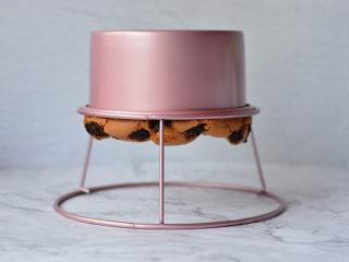 红糖桂圆戚风,烤好后的戚风蛋糕出炉迅速倒扣,晾凉食用就可以了。