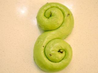 抹茶奶酪軟歐包,最后整形成S形或自己喜歡的形狀。