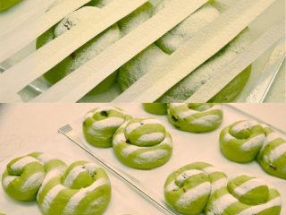 抹茶奶酪軟歐包,發酵好的面團取出,上面放剪成間隔條狀的紙片,篩一層面粉。