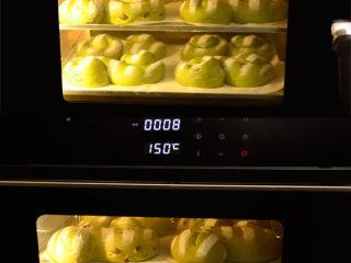 抹茶奶酪軟歐包,COUSS CO-960S電烤箱, 提前150度預熱好,2層烤盤間隔放入,烘烤約25分。