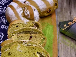 抹茶奶酪軟歐包,面包出爐后脫出烤盤放網架上晾涼即可。