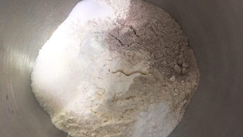 黑麦芝麻核桃吐司,黑麦粉和高筋粉混合,加入盐和细砂糖,厨师机搅拌一下混合。