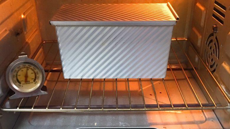 黑麦芝麻核桃吐司,烤箱预热至190度,模具送入烤箱烤制40分钟。
