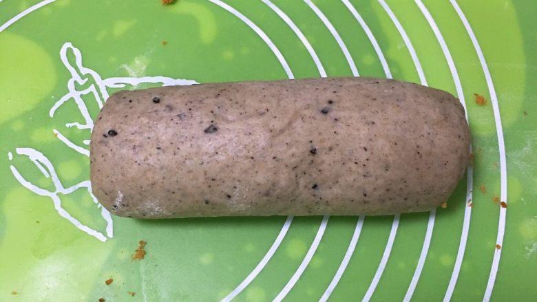 黑麦芝麻核桃吐司,由下而上卷起来。