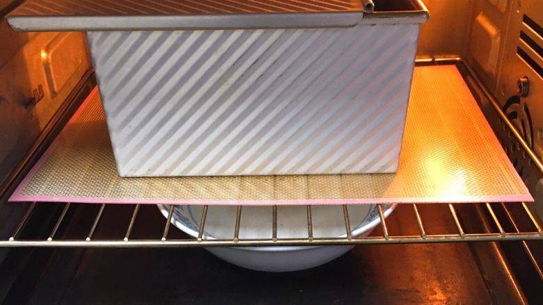 黑麦芝麻核桃吐司,盖上盖子,留一点空隙,烤箱两次发酵,方法同上也是60分钟。