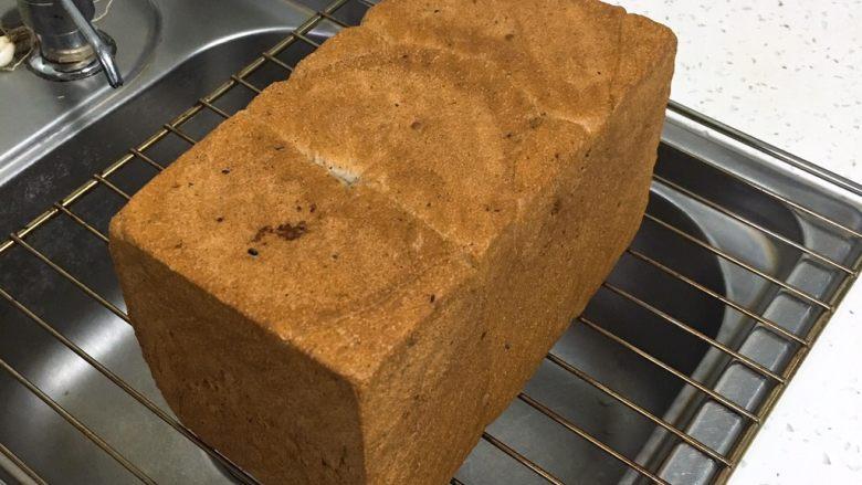 黑麦芝麻核桃吐司,烤完立即脱模放凉,晚上做的冷却后装入保鲜袋保存。
