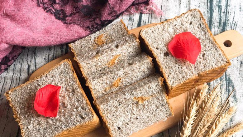黑麦芝麻核桃吐司,用细齿刀切片,漂亮的吐司面包就完成了。