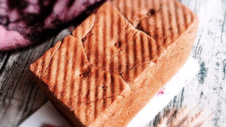 黑麦芝麻核桃吐司,早晨拿出装饰一下,拍个照留念。