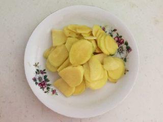 美味小零食  孜然香菇,鲜姜切成小片