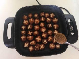美味小零食  孜然香菇,再把香菇翻过来,加入5克孜然粉