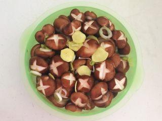 美味小零食  孜然香菇,调匀后腌制30分钟